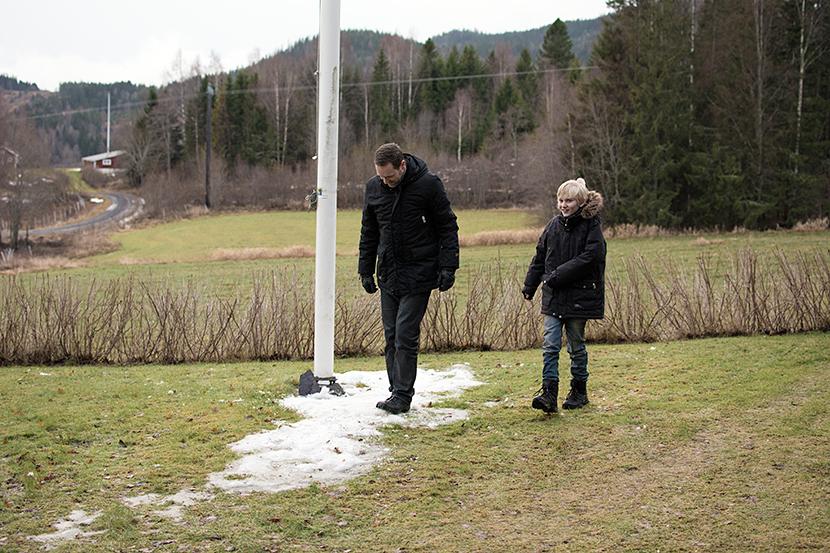 Daniel-och-Max-på-tomten-Omne