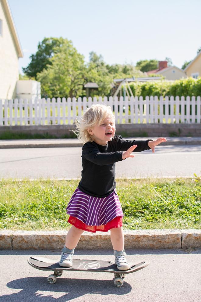 Lola-på-skateboarden