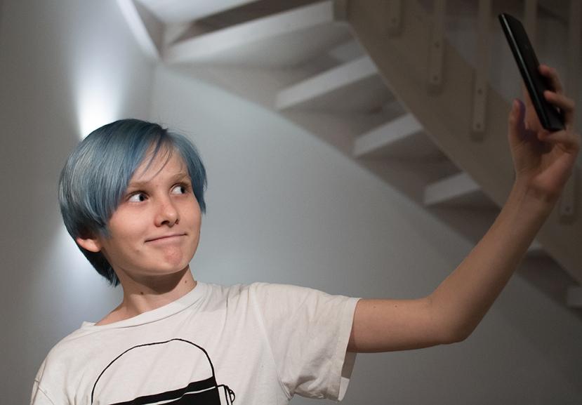 Max med blått hår