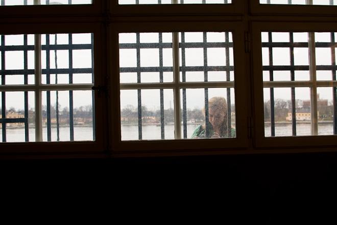 Flicka utanför fönstret 141130