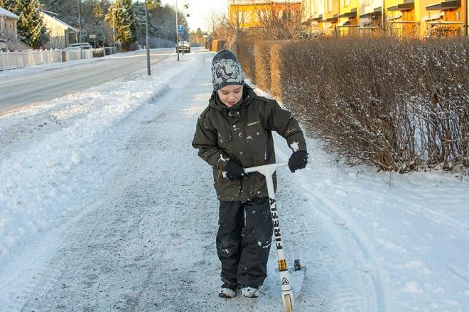 Ville med sparkcykeln i snön