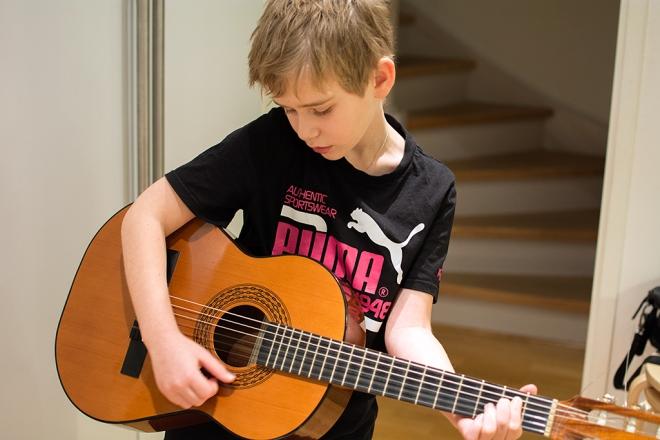 Ville plinkar gitarr