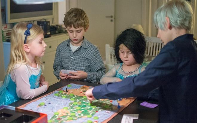 Barnen spelar Jakten på diamanten
