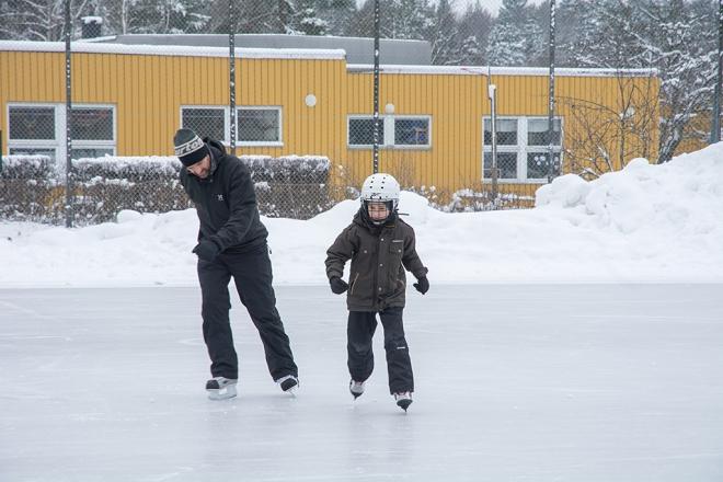 Daniel och Ville åker skridskor i Husby
