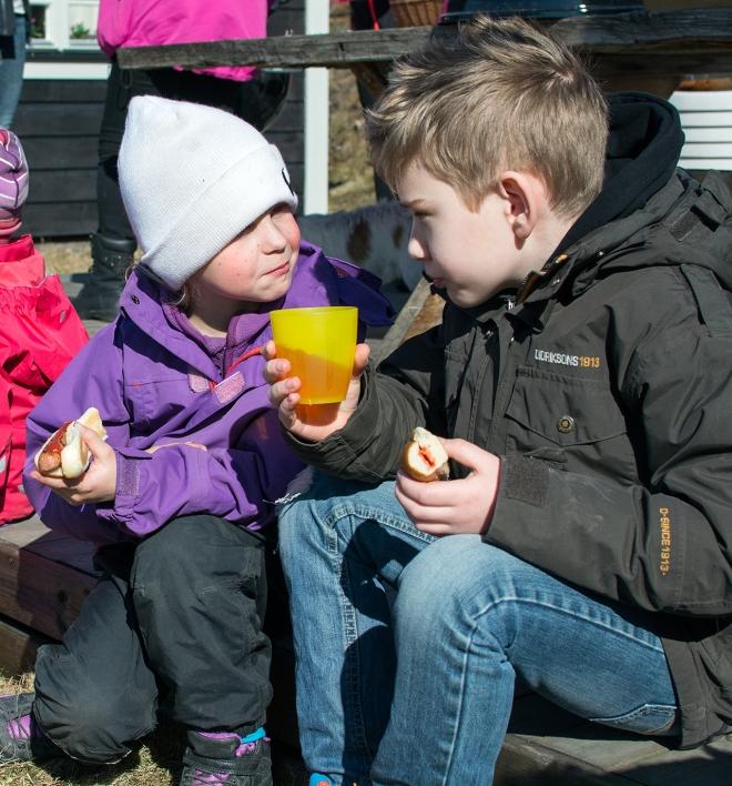 Påsk i Norrfällsviken. Tilli och Ville äter grillkorv