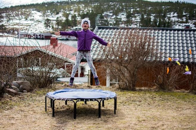 Påsk i Norrfällsviken. Tilli hoppar studsmatta